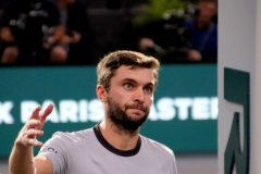 Gilles Simon thanks the umpire after loss